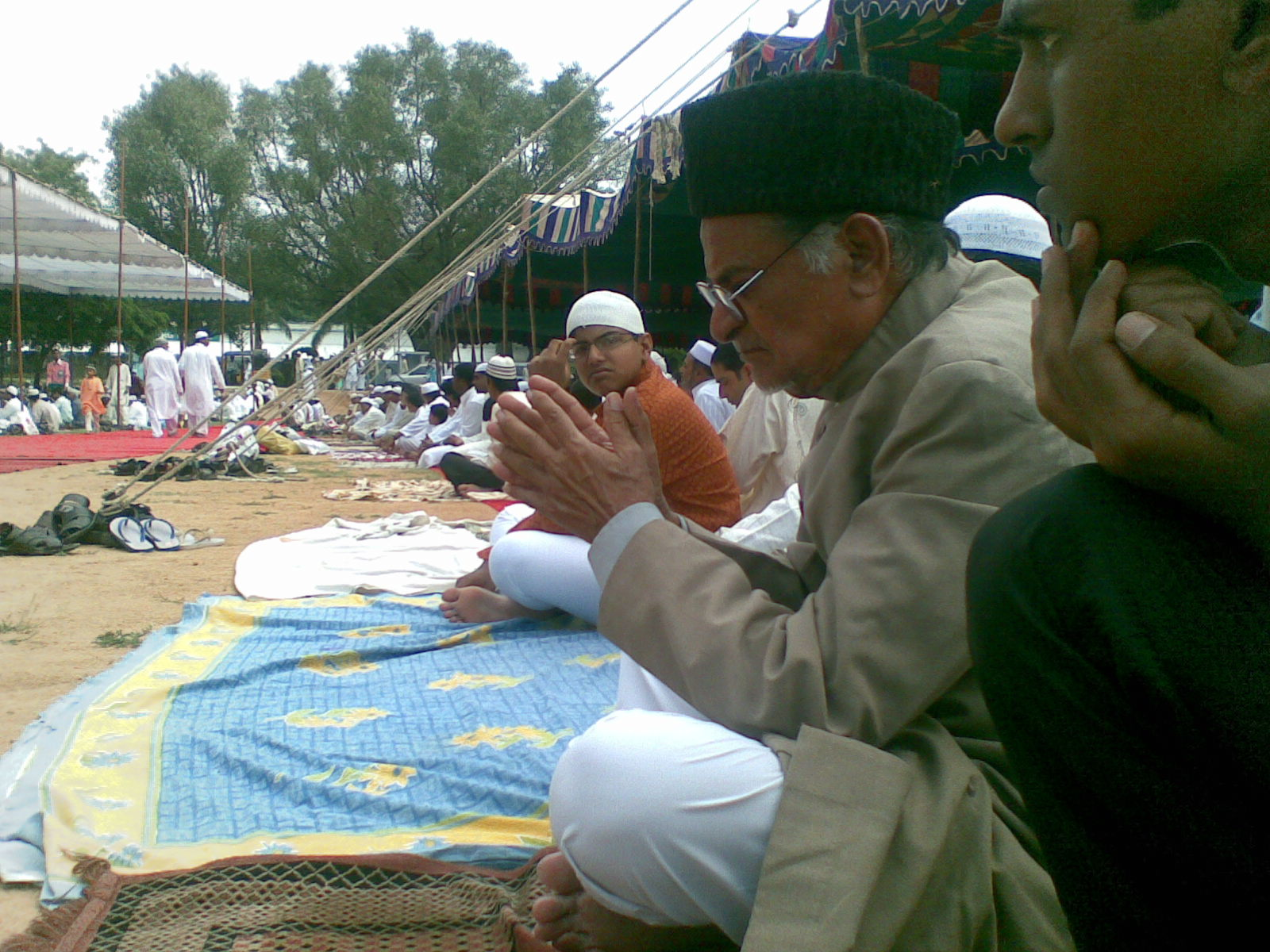 "A Reputed Scholar, Ex Advisor to Govt of India and Chief Engineer and A Religous Scholar who Wrote a very Popular Tafeer E Quran ""Qurani Irshadats"" in urdu is seen among the  Thousands of Muslims for Preayers on Idd ul Fitr Day at Hyderabad. On 21st of Sept Monday 2009"