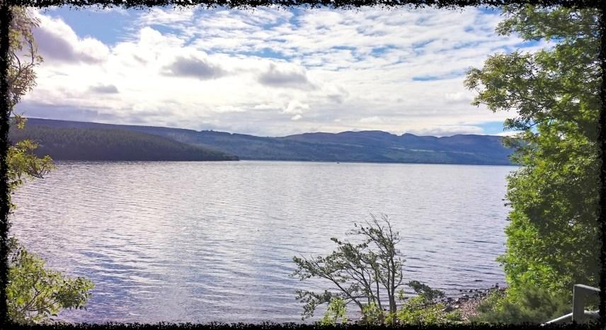 Loch Ness mit blauweißem Himmel.