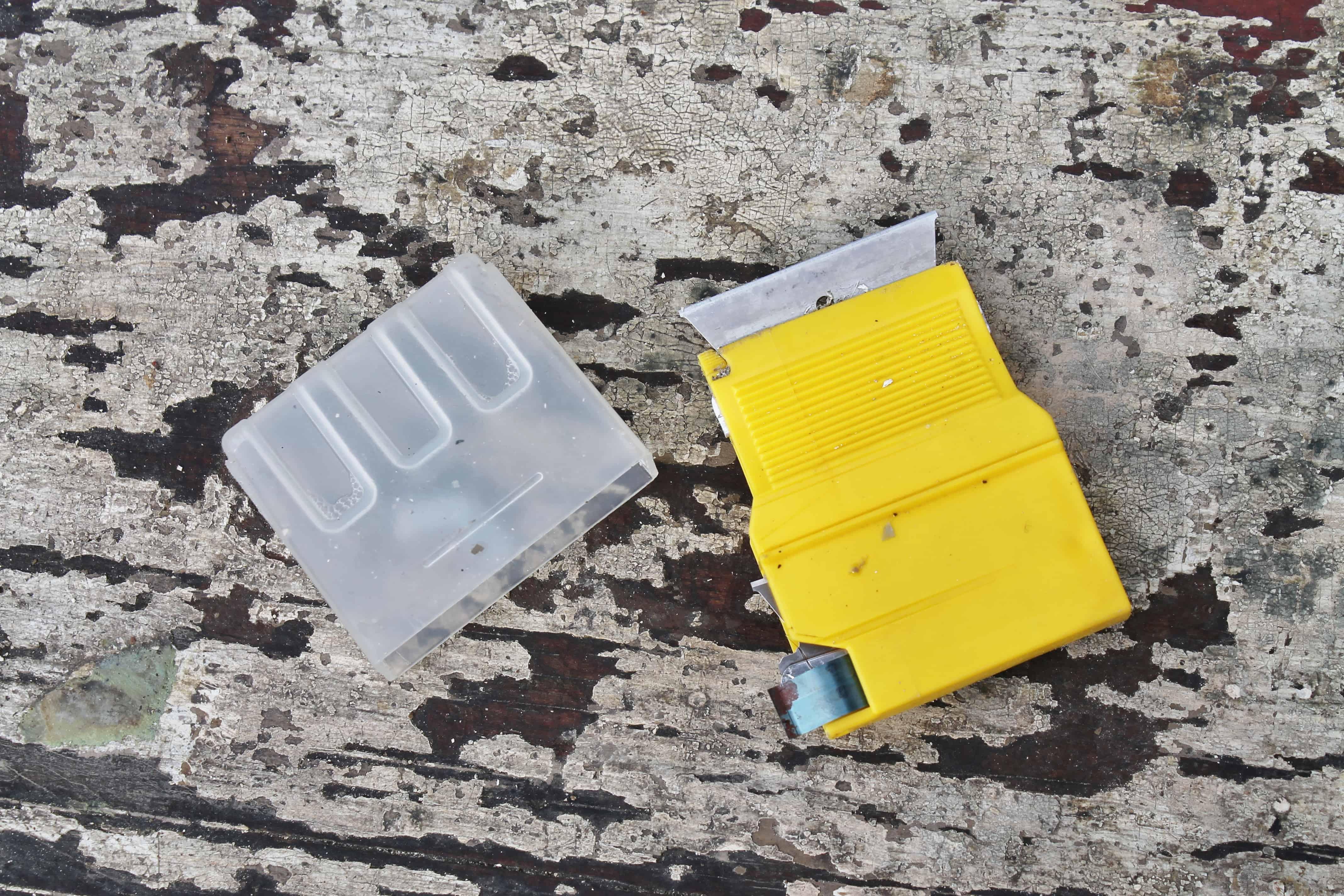 widget-razor-blade-tool-for-scraping-gunk
