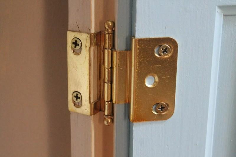 Hinges on corner cupboard (1200x800)
