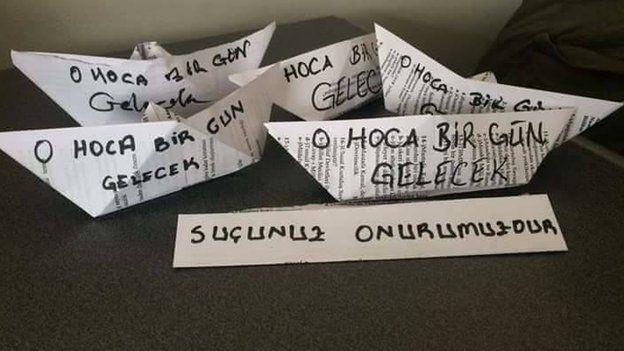Öğrencilerden gorevden alınan hocalarına mesajlar. Fotoğraf: twitter