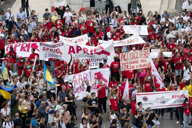 Groups which help migrants and refugees cheer during the Angelus Sept. 26, 2021. Vatican Media.