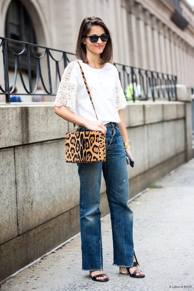 Street style com animal print para iniciantes. Bolsa de animal print, camiseta branca, calça jeans, sandália preta.