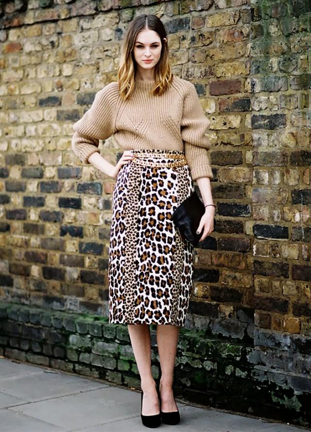 Street style com animal print para iniciantes. Saia estampada leopardo, blusão bege, scarpin