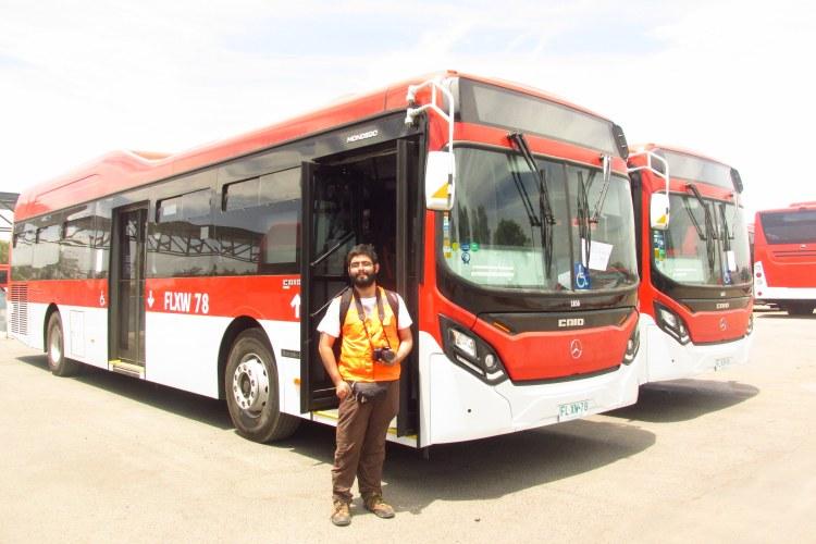 Ariel Cruz con los nuevos buses Caio Mondego II del transporte público de Santiago