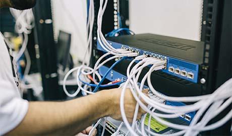 Branchement et débranchement informatique