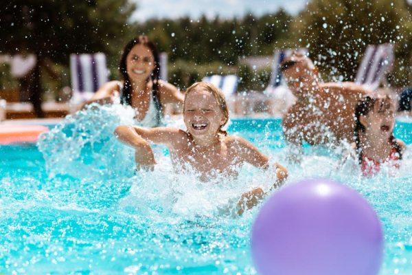 Moradores devem seguir protocolos de segurança para usar a piscina durante a pandemia