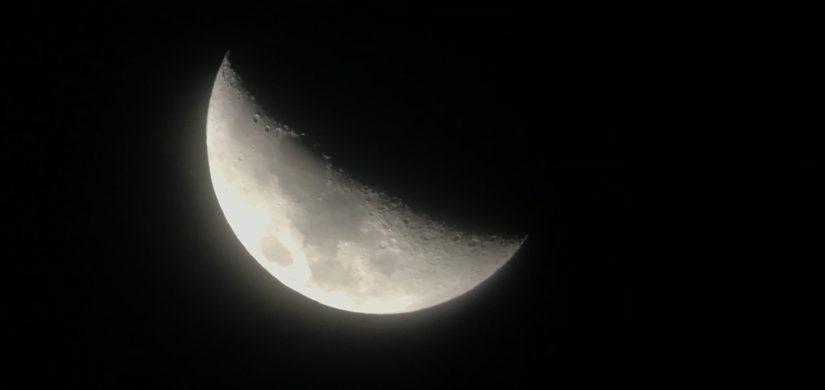 صورة قمر بواسطة التلسكوب