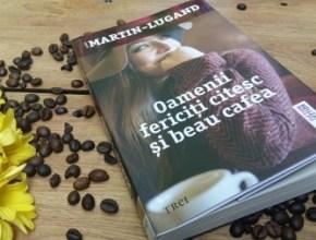 oamenii fericiţi citesc şi beau cafea