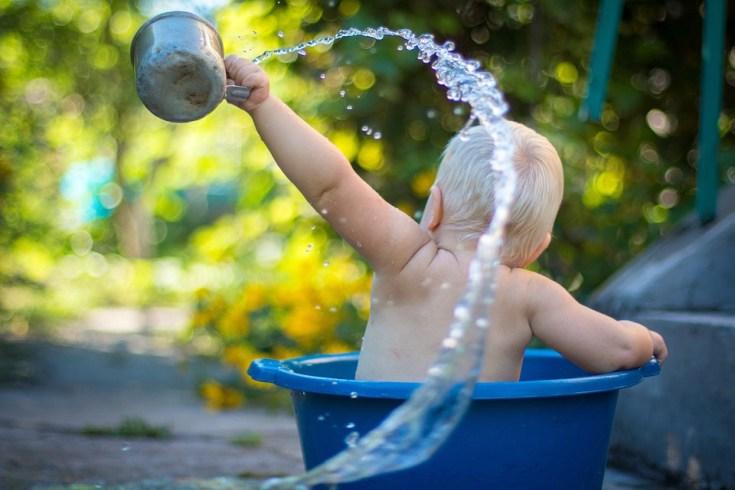 când dăm bebeluşului apă