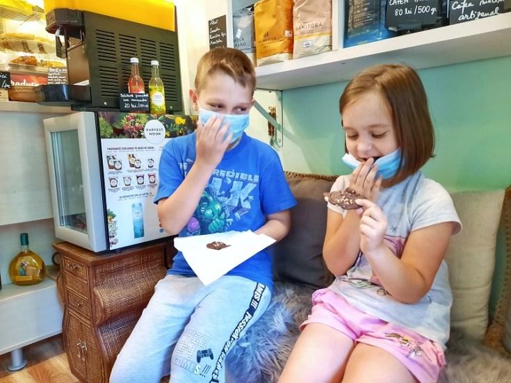 copii fericiti cu biscuiti