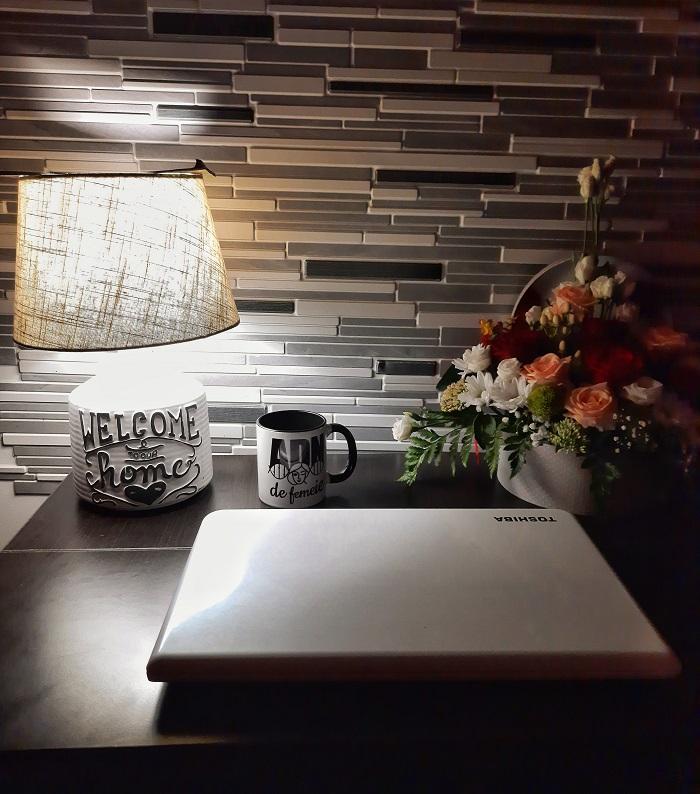 lumina pe birou noaptea