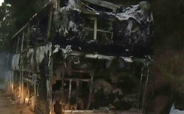 Autobús de pasajeros se incendia en la carretera a la costa oaxaqueña (20:16 h)