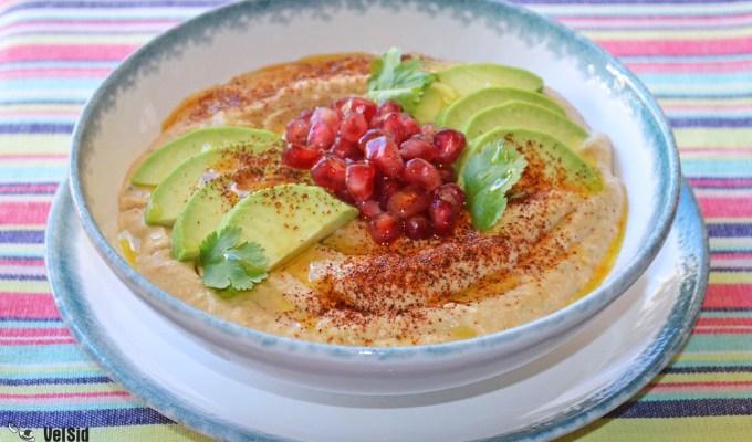 Hummus con granada y aguacate (19:00 h)