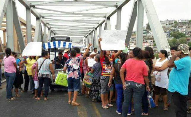 Usuarios del panteón Dolores bloquean puente de fierro en Tehuantepec, exigen atención de la presidenta (12: 45 h)
