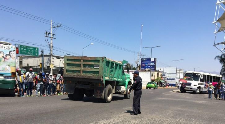 Liberan normalistas crucero, se resguardan en el CRENO y entregan camiones (18:35 h )