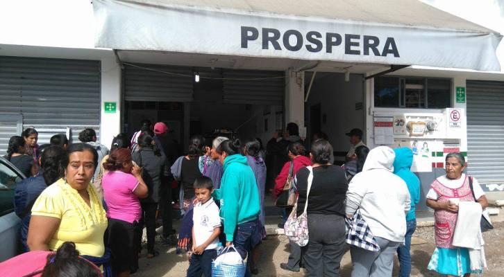 Se manifiestan en oficinas regionales de PROSPERA en  Huajuapan (22:00 h)