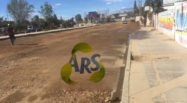 Asociación civil de Álvaro Reyes Sánchez realiza trabajos de bacheo en calles aledañas a la Central Camionera (16:00 h)