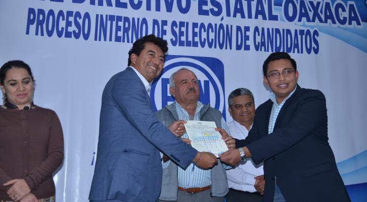 Se registra Juan Mendoza como precandidato a diputado federal, asegura que el reto será vencer a AMLO (19:52 h)