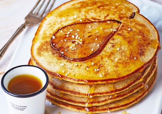 Para el desayuno, hot cakes integrales con pera (08:30 h)