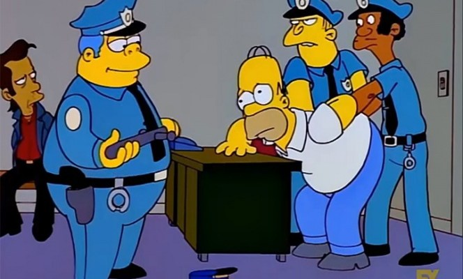 Policía detiene a hombre con licencia de Homero Simpson (21:00 h)