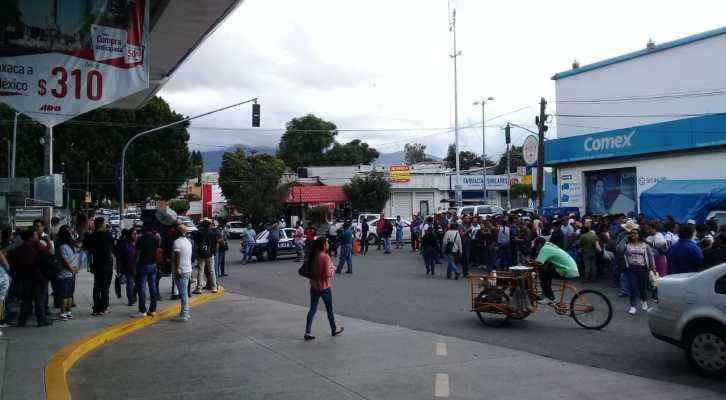 Tras 8 horas de bloqueo maestros de Telesecundarias liberan la terminal de autobuses ADO (19:10 h)