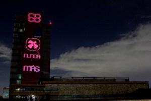 """CIUDAD DE MÉXICO, 01OCTUBRE2018.- El día de mañana se cumplirán 50 años de la tragedia del 02 de octubre, por tal motivo, fue proyectado un número 68, y la frase """"Nunca Más"""" en las inmediaciones de la rectoría de la Universidad Nacional Autónoma de México (UNAM). FOTOS: GALO CAÑAS /CUARTOSCURO.COM"""