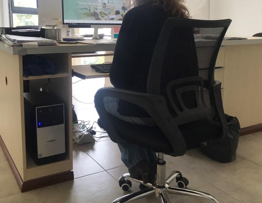 Sentarse mal en el trabajo, una mala costumbre