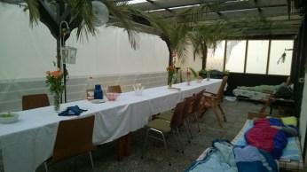 Essen, schlafen und Gäste empfangen - dafür gibt es in unserer Laubhütte genug Platz