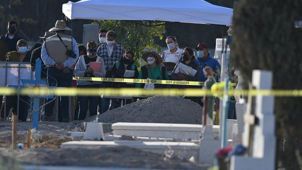 Madres y padres con un familiar desaparecido esperan que se identifiquen los cuerpos desenterrados del panteón 2 de Torreón. Quieren que regresen a casa y no se guarden en nichos. Foto: Francisco Rodríguez.