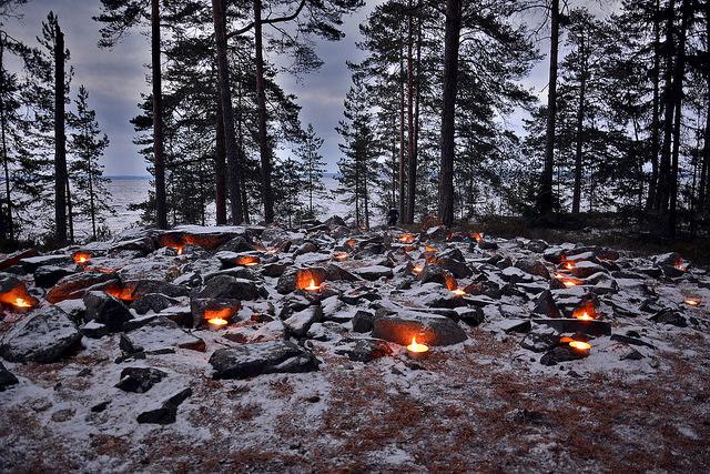 Ulkotulia lapinraunion kivien välissä hämärtyvässä alkutalven illassa.