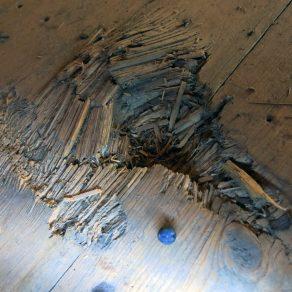 Srapnellin haulin jättämä jälki Messukylän lainaviljamakasiinin lattiassa.