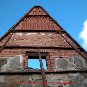 Pälkäneen rauniokirkon pääkolmion koristeellista tiilimuurausta. Eija Haapalainen Pirkanmaan maakuntamuseo