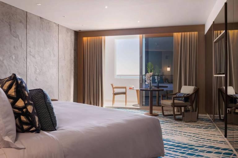 high_resolution_300dpi-jumeirah-beach-hotel-ocean-deluxe-bedroom_6-4_landscape