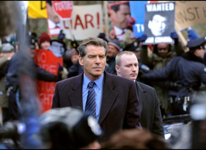 Adam Lang (Pierce Brosnan) stellt sich den Demonstranten - © Studiocanal