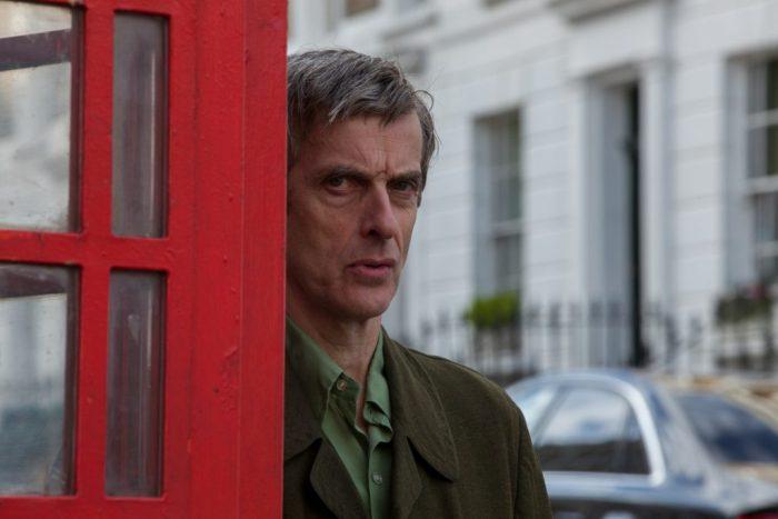 Szenenbild aus PADDINGTON - The Doctor is watching you! Peter Capaldi als Mr. Curry - © Studiocanal
