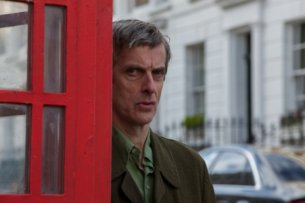 Szenenbild aus PADDINGTON - The Doctor is watching you! Peter Capaldi als Mr. Curry - © Studiocanal
