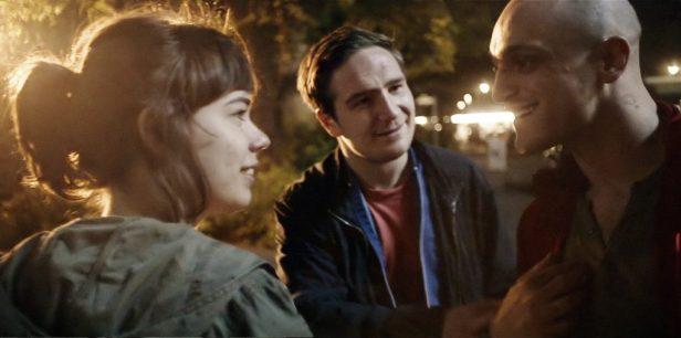 Szenenbild aus VICTORIA - Victoria (Laia Costa) lernt die Jungs kennen - © Senator