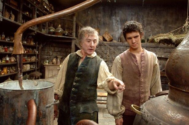 Szenenbild aus DAS PARFÜM - Baldini (Dustin Hofmann) erklärt Jean-Baptiste (Ben Whishaw) die Destillation - © Constantin