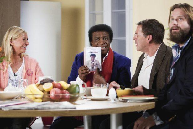 """Szenenbild aus LERCHENBERG - 2. Staffel - Andrea Kiewel hat Roberto Blanco, Sascha Hehn und Antoine Monot in ihrer Sendung """"Frühstücksfernsehen"""" zu Gast. - © ZDF/Christopher Aoun"""