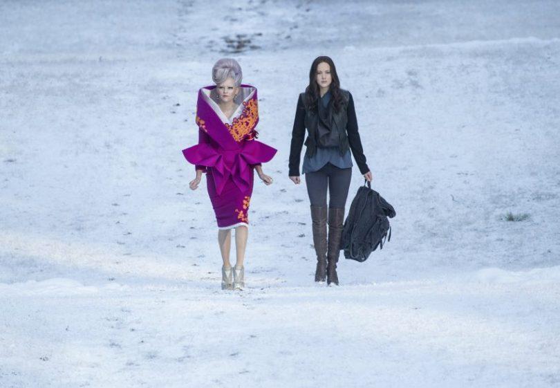 Szenenbild aus HUNGER GAMES MOCKINGJAY - Effie Trinkett (Elizabeth Banks, links) und Katniss Everdeen (Jennifer Lawrence, rechts) - © 2015 StudioCanal