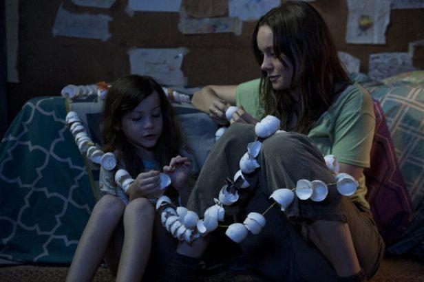 Jack (Jacob Tremblay) und seine Ma (Brie Larson) im Raum - © Universal Pictures