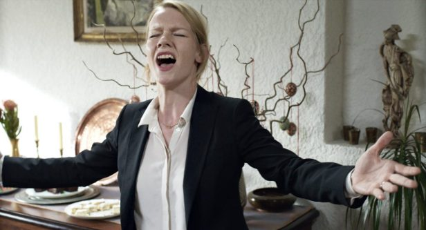 "Szenenbild aus TONI ERDMANN - ""This is the greatest looooove!"" - © NFP"