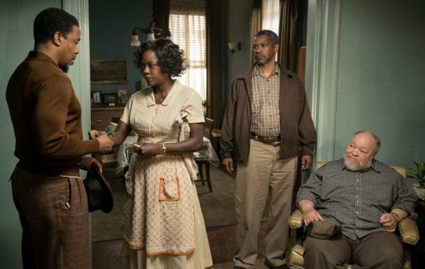 Szenenbild aus FENCES - Lyons (Russell Hornsby), Rose (Viola Davis), Troy (Denzel Washington) und dessen Kumpel Jim Bono (Stephen McKinley Henderson) - © Paramount Pictures