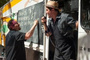 Szenenbild aus CHEF - KISS THE COOK - Carl (Jon Favreau) und Kumpel Martin (John Leguizamo) am Foodtruck - © Koch Films