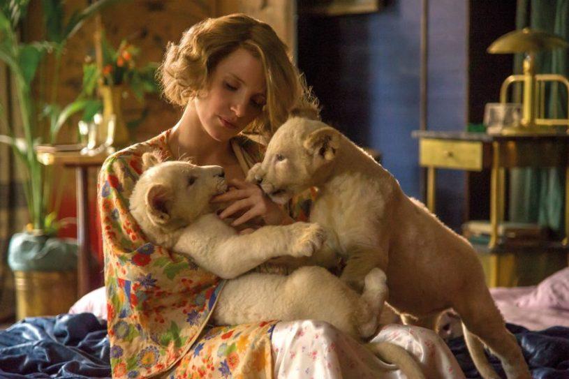 Filmstill aus DIE FRAU DES ZOODIREKTORS (2017), Jessica Chastain mit zwei Löwenbabys - © Universal Pictures Germany