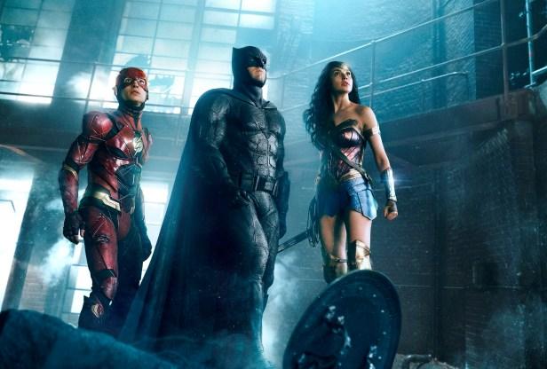 Filmstill JUSTICE LEAGUE (2017) - The Flash (Ezra Miller), Batman (Ben Affleck) und Wonder Woman (Gal Gadot) - © Warner Bros. Germany