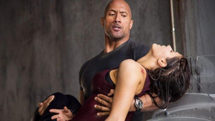 Filmstill aus SAN ANDREAS - Ray (Dwayne Johnson) versucht Blake (Alexandra Daddario) zu retten - © Warner Bros.