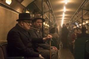 Szenenbild aus DIE DUNKELSTE STUNDE - DARKEST HOUR - Komplett erfunden: Winston Churchill (Gary Oldman) in der U-Bahn - © Universal Pictures