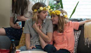 Filmstill aus THE BIG SICK - Emily (Zoe Kazan) und Beth (Holly Hunter) - Photo by Nicole Rivelli - © Weltkino Filmverleih
